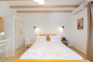 naxos-deluxe-triple-rooms-17